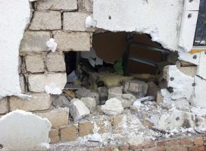 В Воронежской области пенсионер на иномарке протаранил кирпичную стену дома