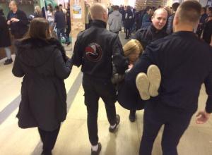 Неадекватную фанатку «Ленинграда» вынесли с концерта в Воронеже трое охранников