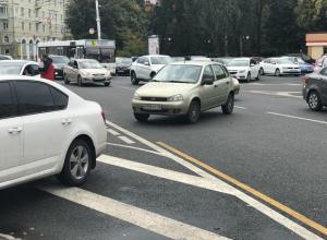 Автомобилистка бросила ВАЗ поперек проезжей части в центре Воронежа