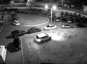 Воронежский автохам, исколесивший газон в поисках парковки, попал на видео