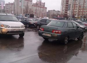 Воронежцы поразились наглостью автомобилиста, припарковавшегося на середине дороги в Воронеже