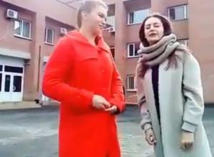 На видео попало, как около воронежского журфака студентки спели песенку