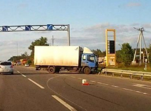Под Воронежем на съезде с развязки фургон протаранил ограждение