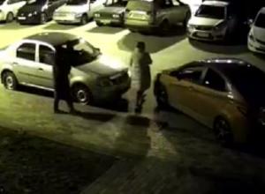 На видео попало, как в Воронеже две женщины прокалывают колеса неправильно припаркованной иномарке