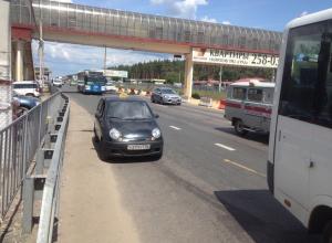 Автомобилисты пришли в бешенство от парковки таксиста на «Матизе» в Воронеже