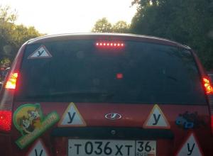 Безумный автомобиль ученика сняли на дороге в Воронеже