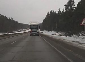 На видео сняли, как грузовик едет задом 80 км/ч по воронежской трассе