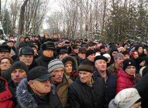 Кладбище в Воронеже не смогло вместить всех желающих проститься с летчиком-героем