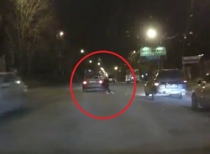 На видео попало, как иномарка сбивает девушку на «зебре» в Воронеже