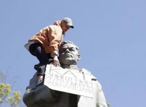 Украинские неонацисты надругались над памятником воронежскому генералу Ватутину