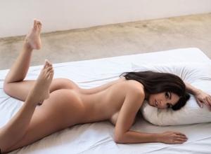 Воронежская модель показала выдающиеся формы на голых снимках