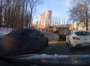 В Воронеже элитная иномарка совершила дерзкий обгон по встречной полосе и попала на видео