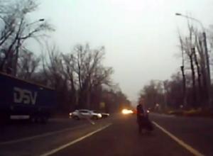 Безумная бабушка-пешеход попала на видео на дороге в Воронеже