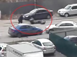 На видео сняли воронежских пенсионерок, устроивших на дороге мусорную блокаду