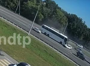 Момент столкновения автобуса с легковушками на воронежской трассе попал на видео