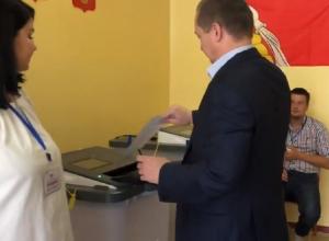 Засовывающий бюллетень в КОИБ кандидат Бурцев попал на видео в Воронеже