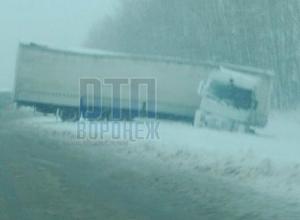 Опубликованы снимки сложившейся на заснеженной трассе под Воронежем фуры