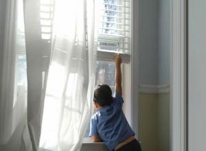В Воронеже ребенок повис на окне 5 этажа