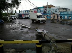 Столб с проводами рухнул на дорогу в Воронеже