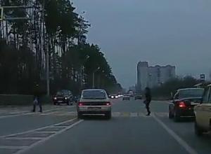 Мастер-класс по проезду зебры с людьми показал водитель ВАЗа в Воронеже
