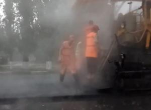 Беззаботный ремонт дороги во время урагана удивил воронежцев