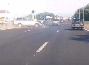 На видео попало, как лихач на «Волге» улетает в отбойник на въезде в Воронеж