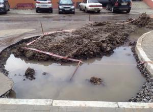 Бьющий из-под асфальта фонтан затопил огромный двор в Воронеже