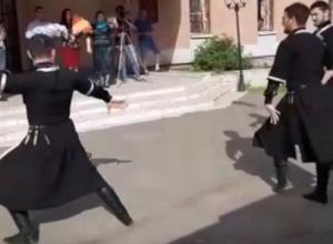 Зажигательные танцы устроили кавказцы у роддома в Воронеже