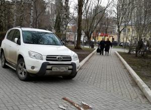 Быдло-парковку устроили автомобилисты на аллее в центре Воронежа