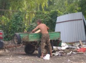 Воронежцы назвали животным мужчину, наваливающего мусор на набережной