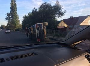 В Воронеже внедорожник влетел в дорожное ограждение и перевернулся