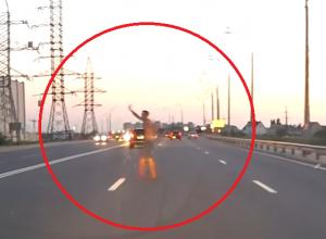 Неадекватный полуголый мужчина на дороге шокировал воронежских автомобилистов