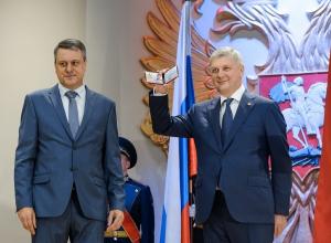 Сломанную руку воронежского экс-губернатора заметили на инаугурации Александра Гусева