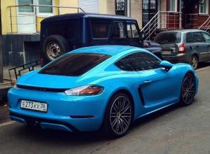 Ярко-голубой Porsche Cayman победил серость воронежских улиц