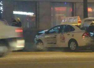 В массовом ДТП с участием такси в центре Воронежа пострадали люди