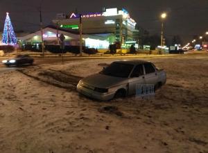 В Воронеже ночью ВАЗ «без водителя» протаранил кольцо «Аксиомы»