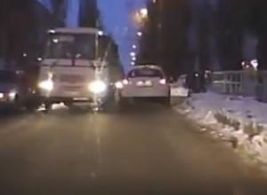 Властный маршрутчик загнал автомобили в сугроб в Воронеже