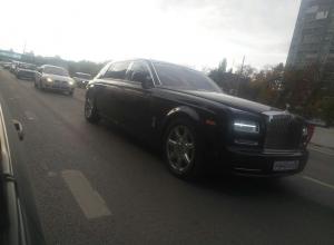 Rolls-Royce Phantom за 20 млн рублей сфотографировали в пробке в Воронеже