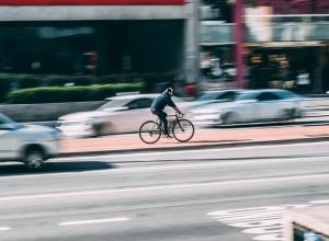 Автомобилисты поддержали велосипедиста, который создал аварийную ситуацию на дороге в Воронеже