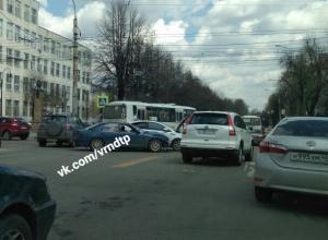 Автомобилисты вынуждены двигаться по центру Воронежа со скоростью 3 км/ч