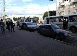 Два полковника полиции не помогли воронежцу согнать таксистов с остановки