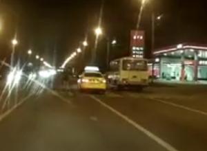 Проехавший в сантиметрах от пешехода в Воронеже таксист попал на видео