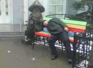 Воронежца жестко раскритиковали за фото и насмешку над спящим на скамейке мужчиной