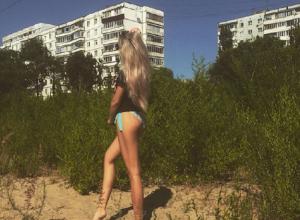 Прогуливающуюся среди трущоб блондинку в трусиках сняли в Воронеже