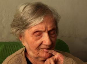 Неизвестная женщина проникла в дом воронежской пенсионерки и украла деньги на алкоголь