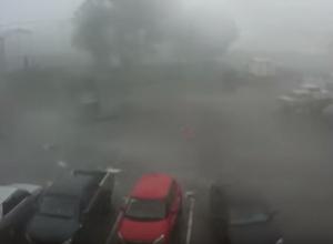 Бушующий ураган в Воронеже, сносящий мусорные контейнеры, попал на видео