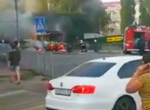 Горящий маршрутный ПАЗик на Степана Разина в Воронеже попал на видео