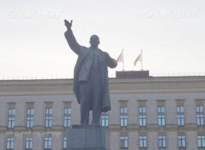 На общегородском субботнике в Воронеже коммунисты хотят «вылизать» памятник Ленину