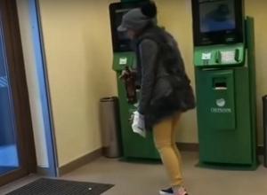 Поддатая девушка станцевала в банке в Воронеже и попала на видео