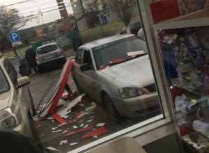 Вывеска от ТЦ «Европа» рухнула на автомобиль в Воронеже